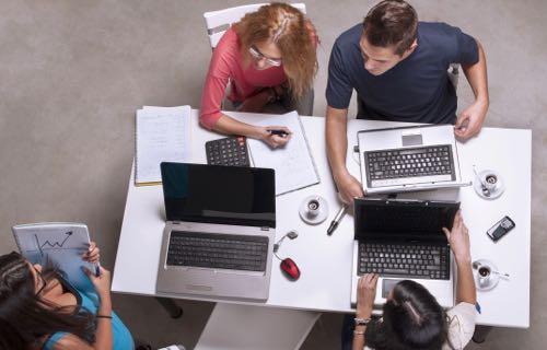 Télétravailleurs dans un espace de coworking